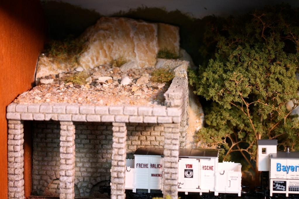 Viele Details wie das Geröll auf der Galerie machen die Szene aus