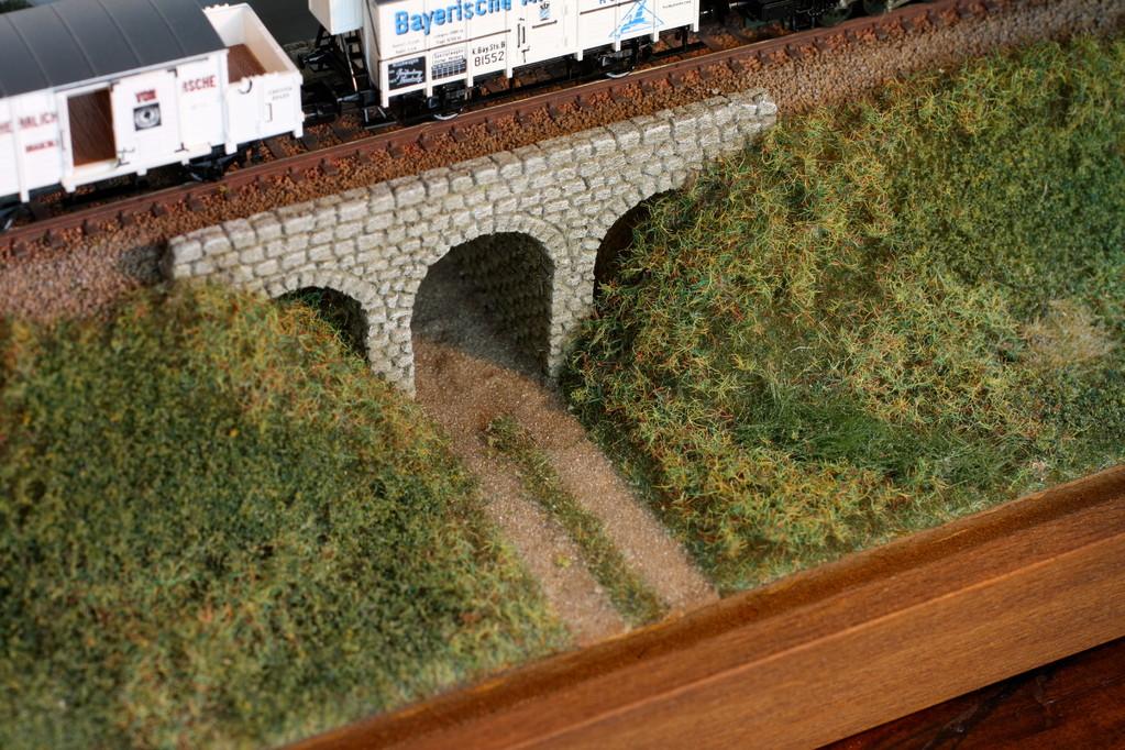 Hingucker: die kleine Steinbogenbrücke mit Feldweg