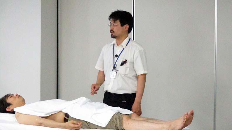 経絡治療、周防先生デモンストレーションの様子
