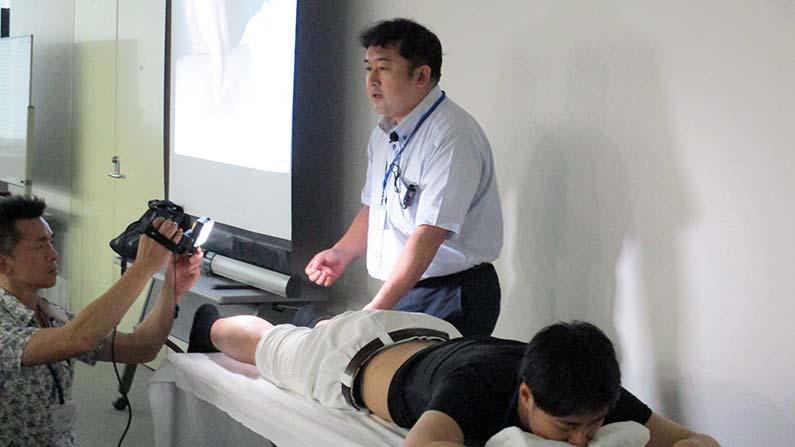中医鍼灸ー横田先生による足の経穴への刺鍼デモ