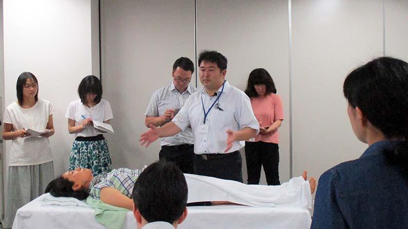 中医鍼灸、横田先生デモンストレーションの様子