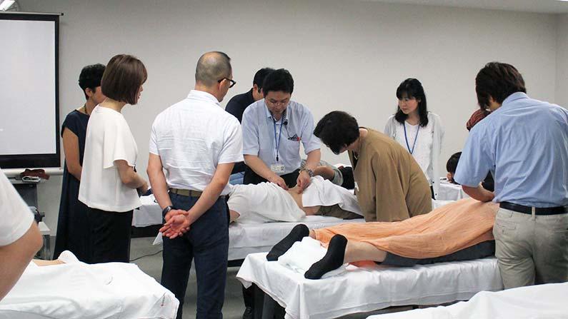 現代鍼灸ー実習で小糸先生の刺鍼を見る研修生