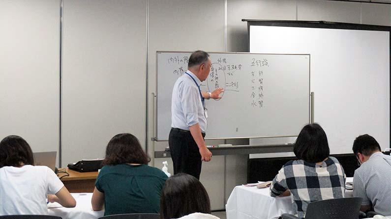 経絡治療、相澤先生講義の様子