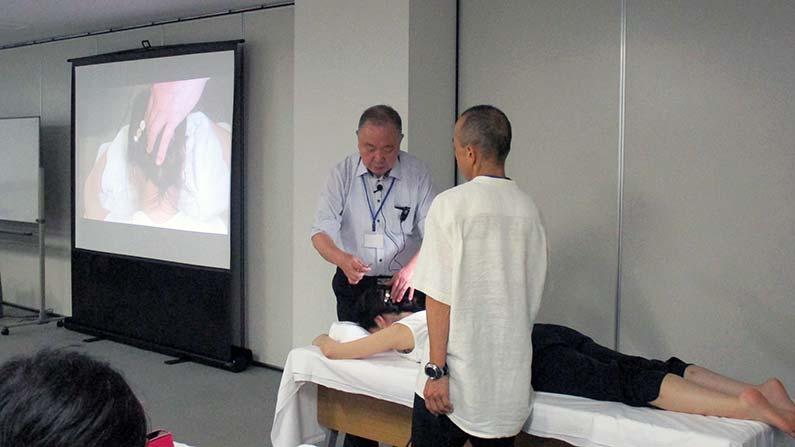 経絡治療ー相澤先生による後頭部への鍉鍼のデモ