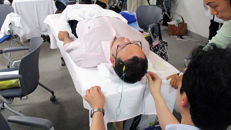 現代鍼灸ー小糸先生と、パルスの解説をうける研修生