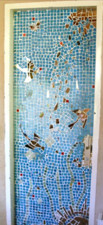 Glasmosaik gemischt mit Fliesenbruch und Spiegeln