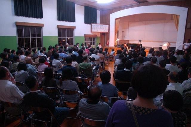 風の音、虫の音 とともに、ピアノの音が静かな山里の講堂に集まった人々を魅了しました。