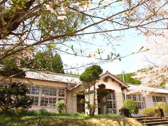 桜色の、校舎は昭和25年に建てられました。