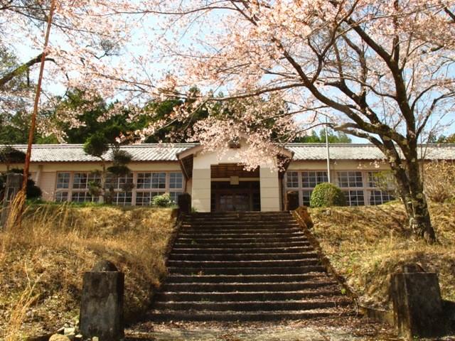 少し離れたところに新しい学校が建てられて休校舎となってからも、地元の人に大切にされてきました。