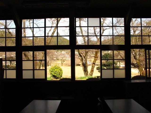 窓の外は、神川の里の風景