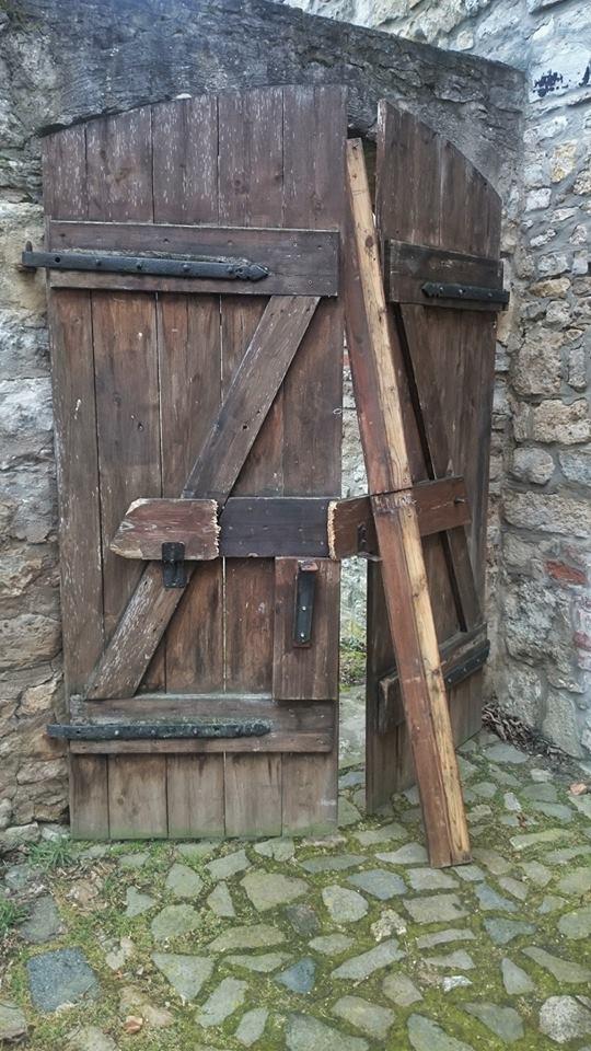 Eingetretene Tür zur Burganlage