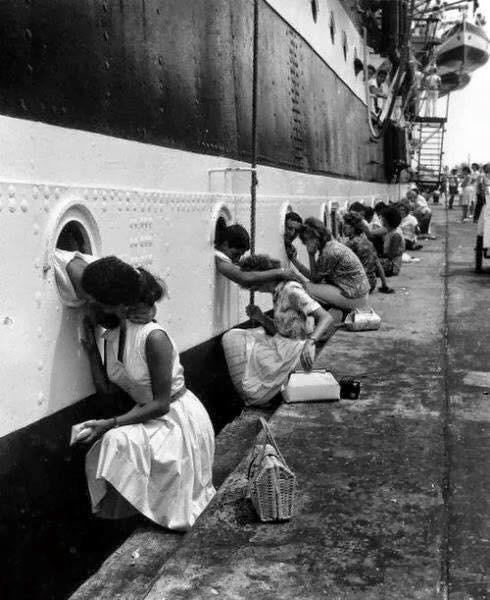 Coppie salutandosi prima che la nave salpa alla seconda guerra mondiale.