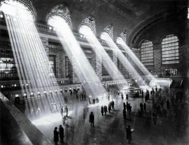 1929 Stazione di New York. Oggi questi raggi di sole non ci sono più, perché le finestre sono state coperte da edifici.