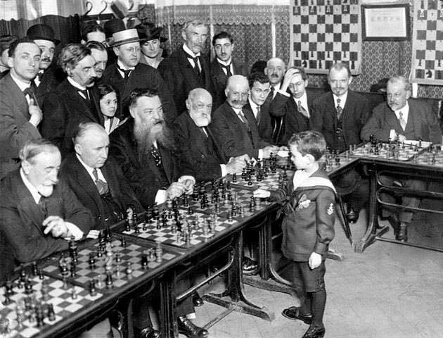 1920 Parigi, un bambino di nome Samuel Reshevsky sconfiggeva in simultanea maestri di scacchi a l'età di 8 anni