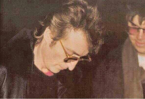 John Lennon firmando l'autografo al suo assassino Mark Chapman nel 1980
