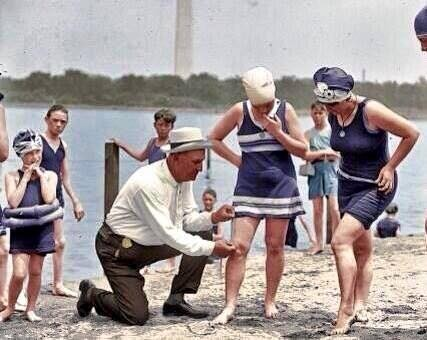 1922 Washington, polizia prova le misura del vestito da bagno che siano consoni e permesse.