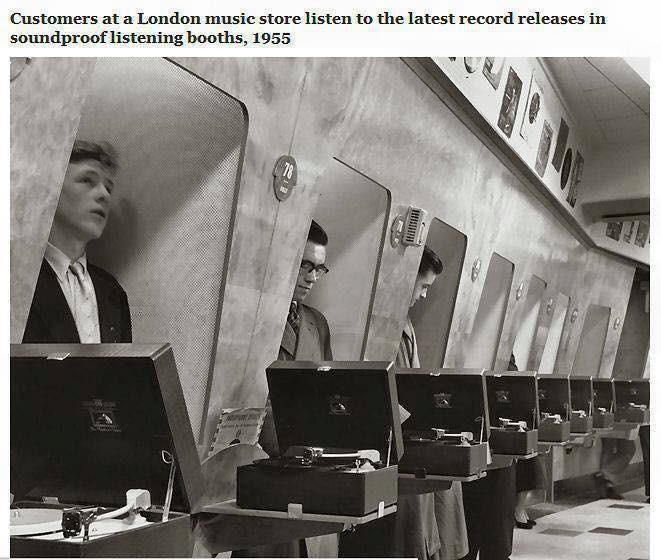 1955 Cabine di prova per i clienti di un negozio di dischi in Londra