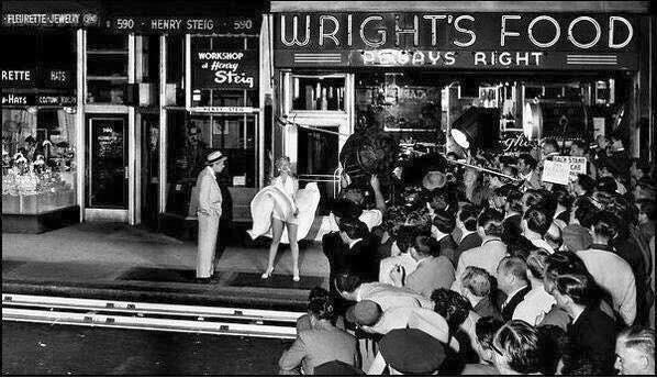 """Girando la famosa scena nella quale vola il vestito di Marilyn Monroe in """" The Seven Year Itch"""" nel 1954"""