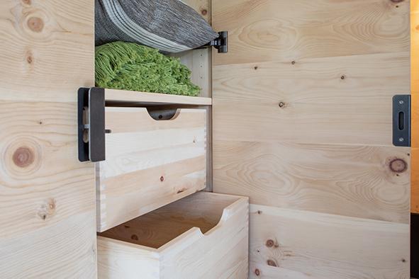 mit Liebe zum Detail handgefertigte Schubladen in Zirbevollholz gezinkter Ausführung