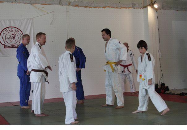 Judoka's van allerlei leeftijden werken mee aan de demonstratie