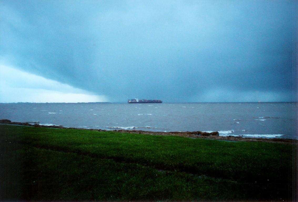 Trotz drohender Sturmfront - die Container müssen von Hamburg in die ganze Welt.