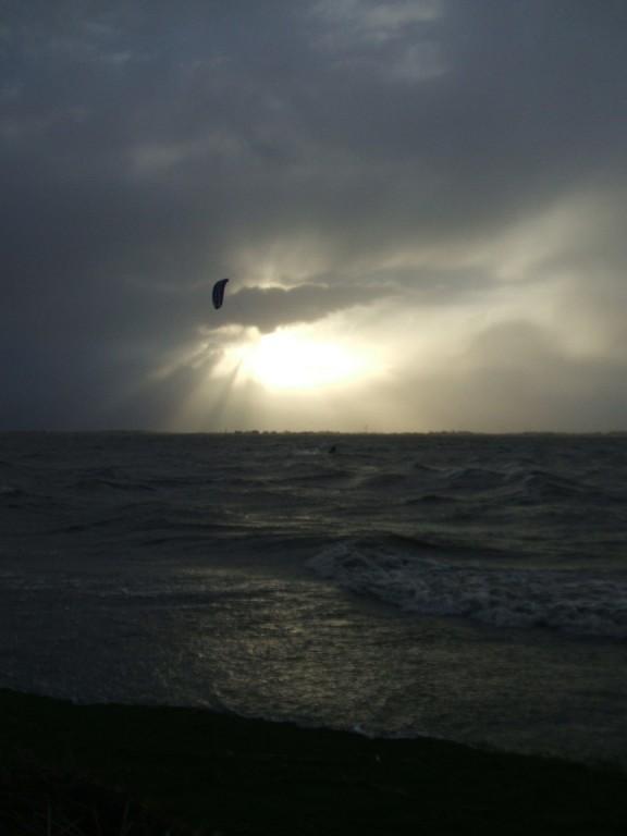Wahnsinnige Kite-Surfer gehen auch noch bei Orkan auf's Wasser!