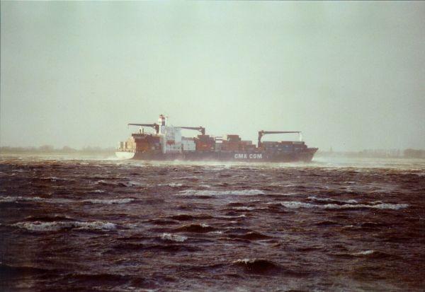 Ein Dicker Pott kämpft sich bei Sturmflut auf der Unterelbe Richtung Nordsee