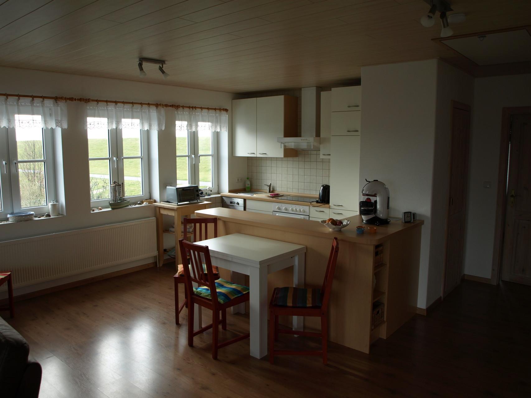 Küchenbereich mit Sitzgruppe, Tisch ausziehbar