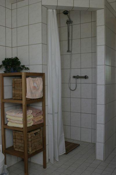 ...und Dusche nebst Handtüchern