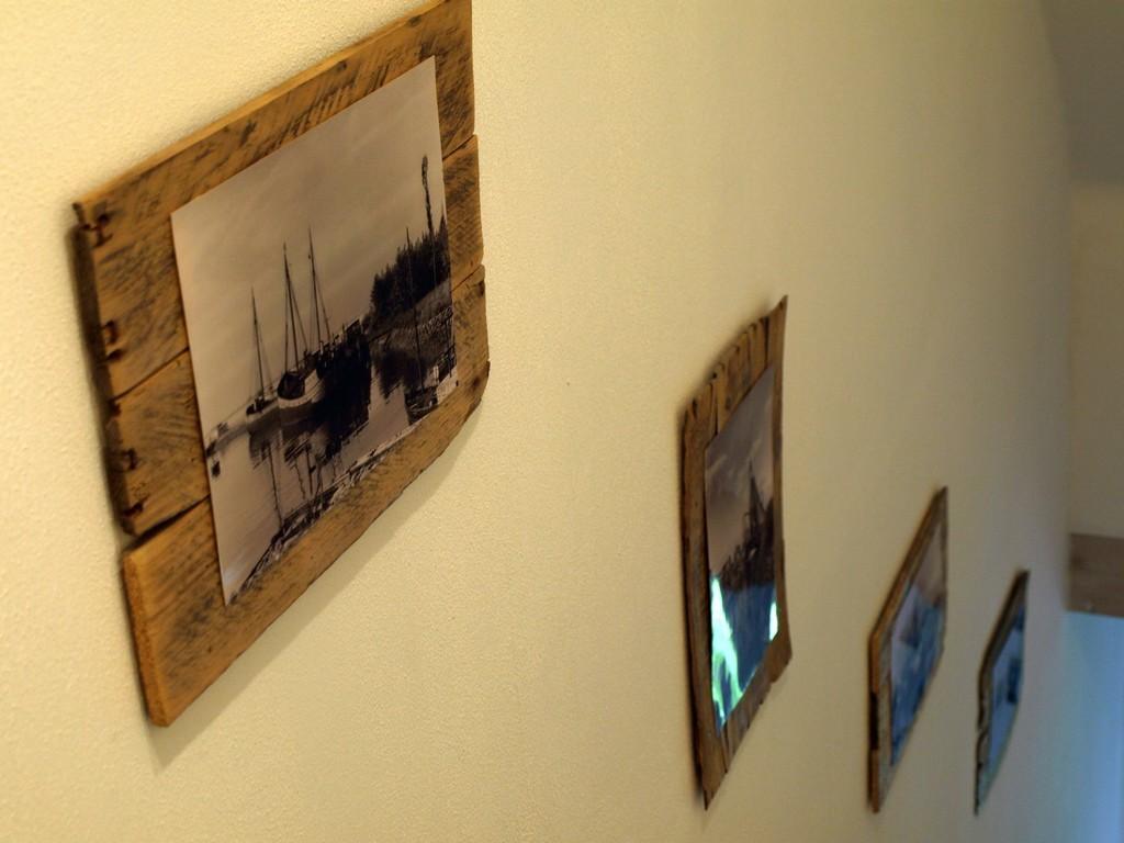 Alte Hafenbilder im Treppenaufgang