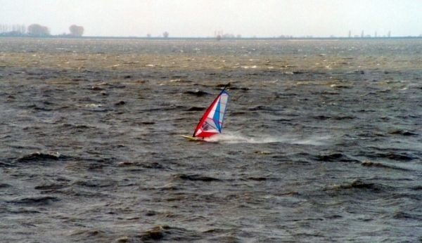 Erst bei Sturm bekommt man beim Windsurfen richtig Speed...