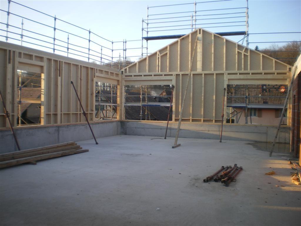 Mercredi 28 février : pose des éléments en ossature bois, la salle prend forme! Mur côté nord