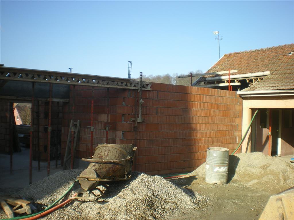 Jeudi 12.01.2012 : préparation pour la pose des pré-dalles pour les locaux sanitaires et traiteur