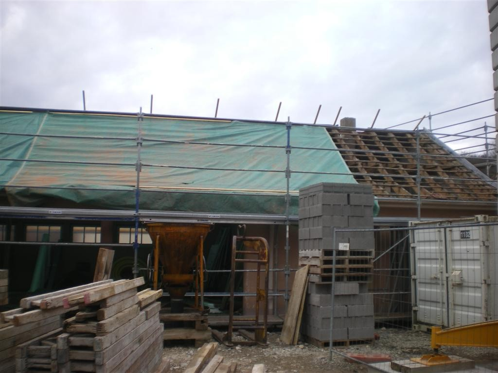 """Lundi 6 mars : le couvreur a commencé les travaux sur le bâtiment """"préau"""""""