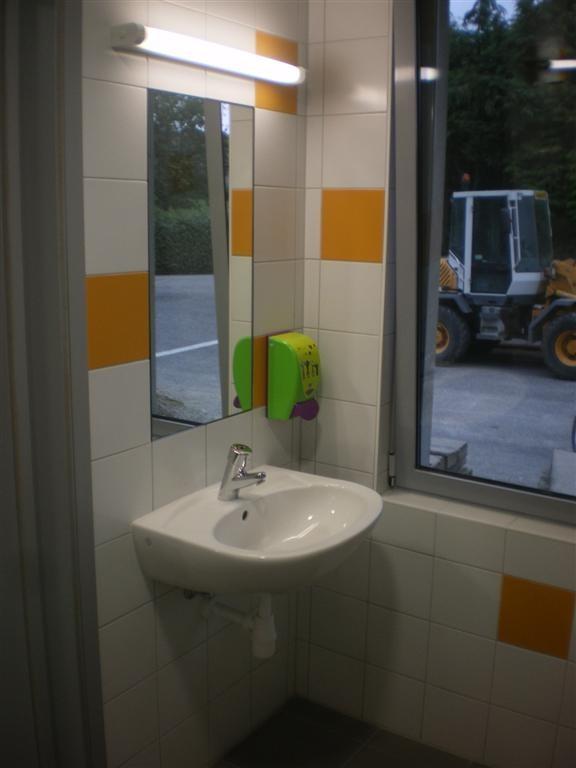 Lundi 3 septembre : Livraison des nouveaux sanitaire de l'école