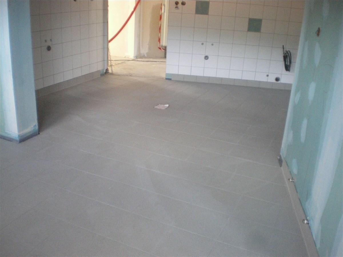 Semaine 50 : pose du carrelage de sol dans la cuisine