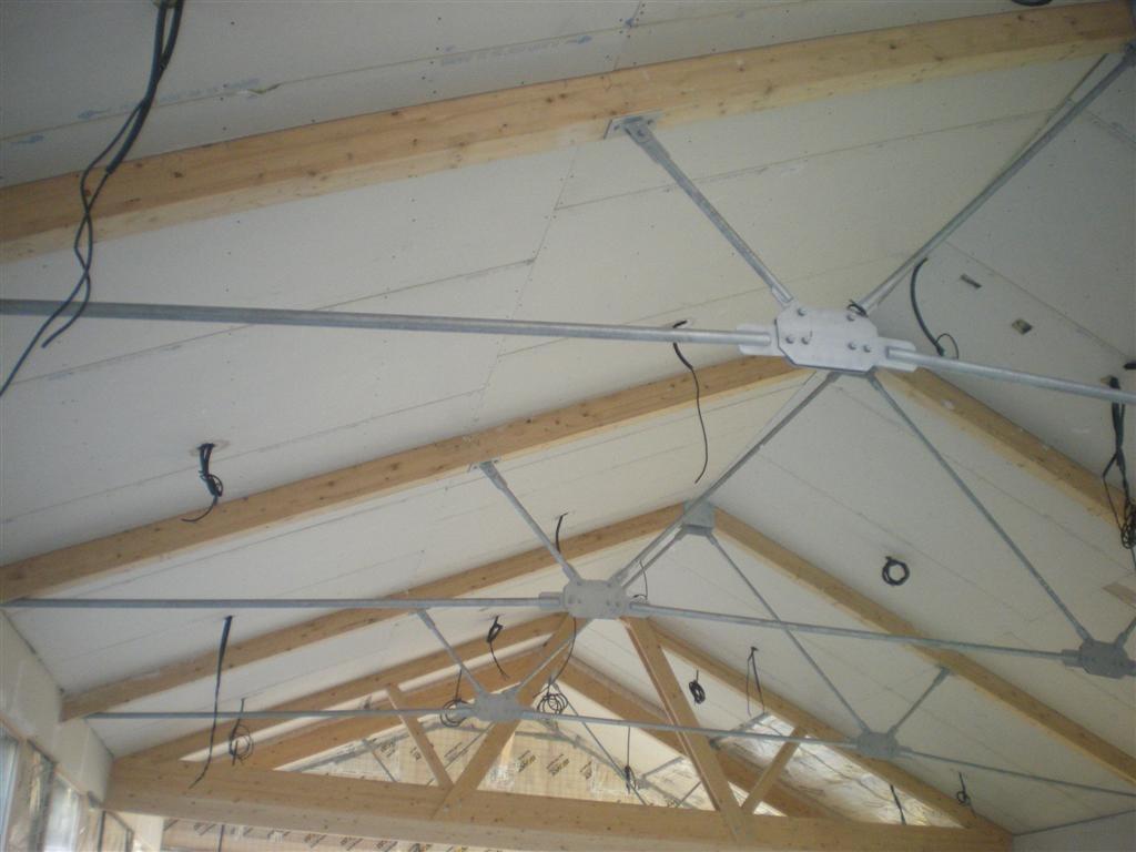 Septembre : pose des isolations du plafond et des murs dans la salle