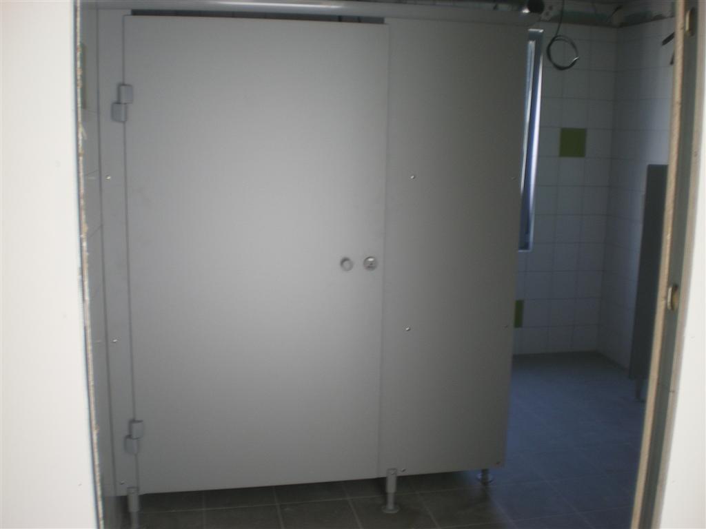 Semaine 33: Pose du carrelage et des cloisons dans les sanitaire de l'école
