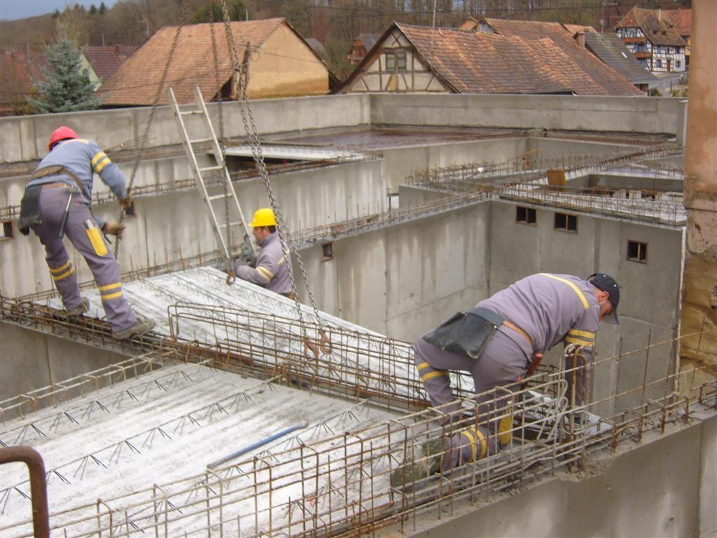 Lundi 5 décembre : pose des pré-dalles sur les murs de la future Mairie