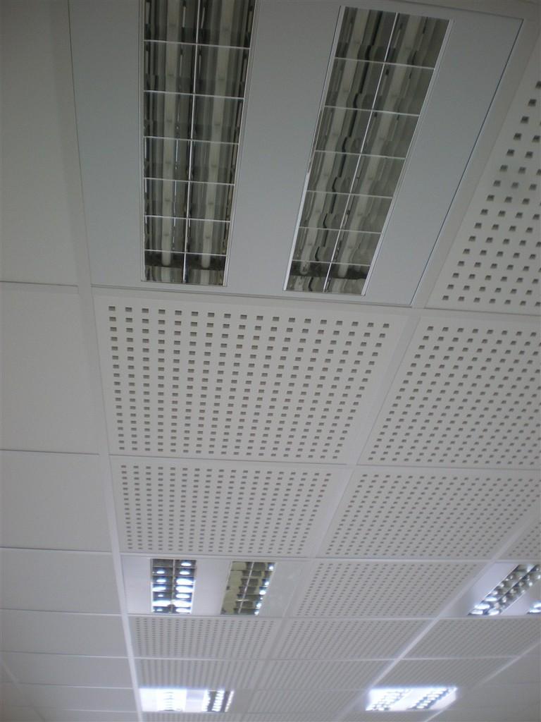 Semaine 4 : l'entreprise Parelec pose les différentes lumières en Mairie et dans la Salle