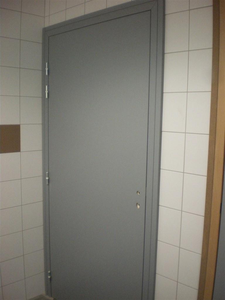 Semaine 5 : pose des portes dans la salle, les sanitaires et la Mairie
