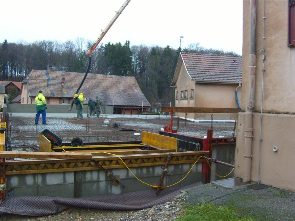 Lundi 12 décembre : livraison et dépose du béton pour la dalle de la future salle