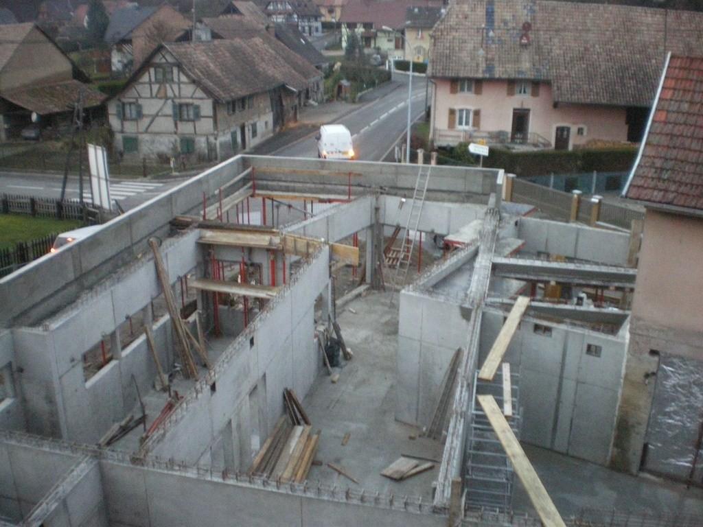 Semaine 48 : les murs de la future salle ont été décoffrés (au fond et à gauche)