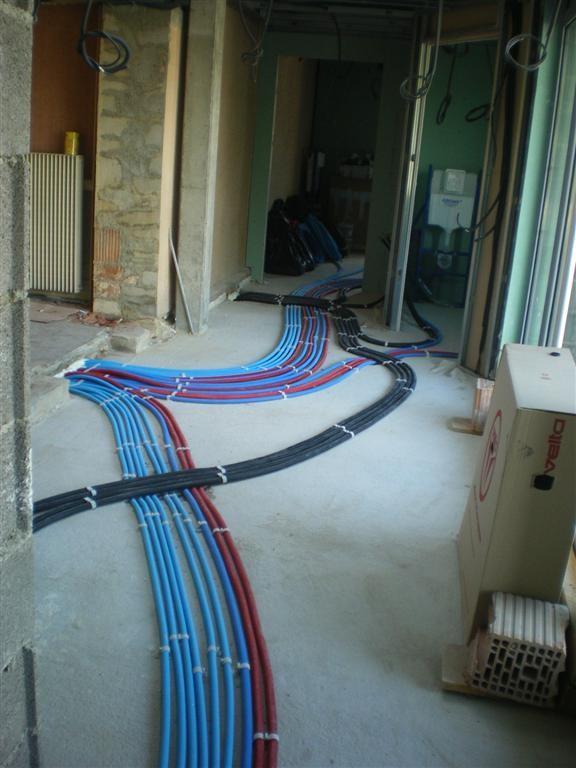 Semaine 23 : pose du réseau électrique dans les sanitaires de l'école