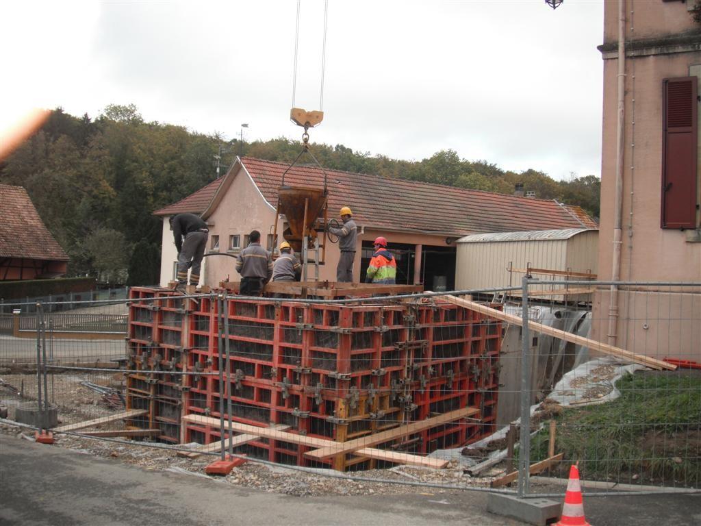 Lundi 11.10 :le silo pour les copeaux de la chaudière bois est en place