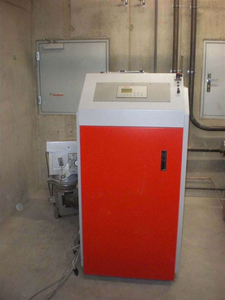 Décembre 2012 : la chaufferie est opérationnelle, ballon tampon, chaudière fioul, chaudière bois et la distribution