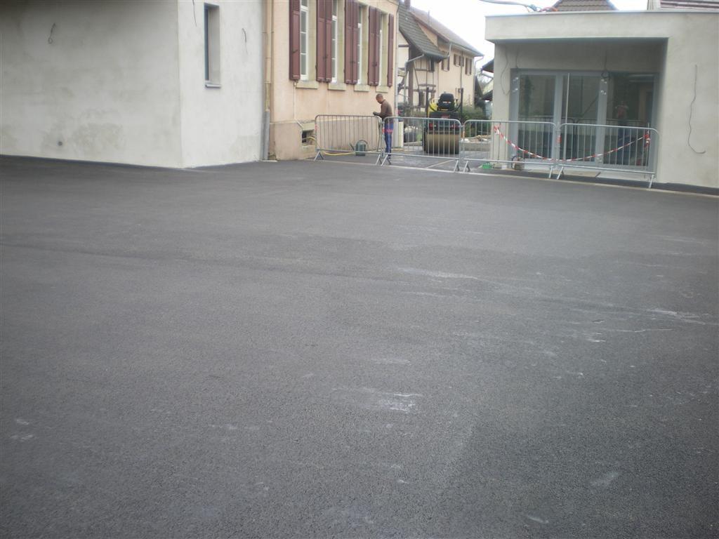 Semaine 41 : pose du macadam dans la cour de l'école, rue des écoles et rue de Hirtzbach
