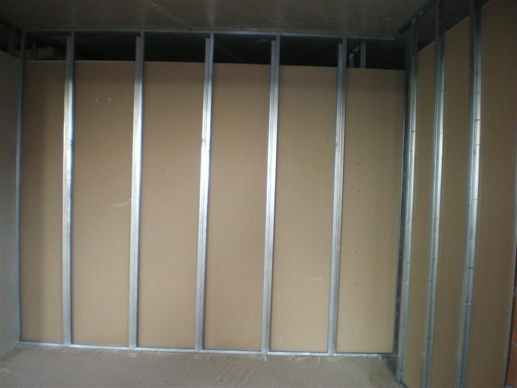 Semaine 21 : le plâtrier a commencé la pose des séparations des sanitaires de la salle