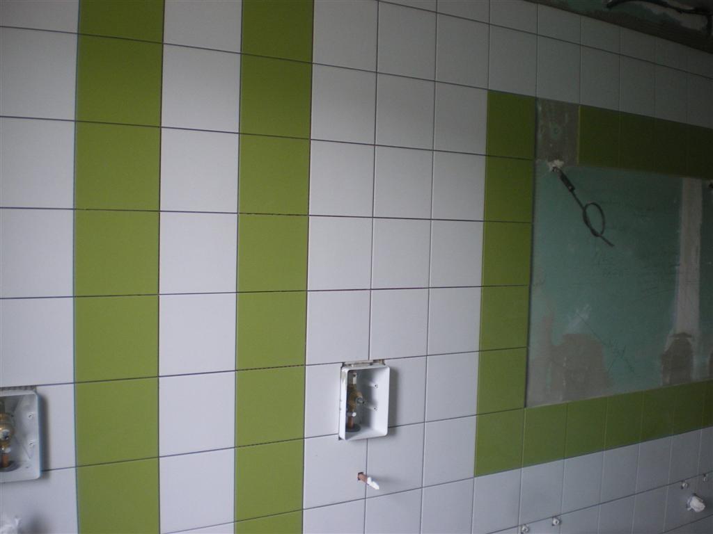 Semaine 32: pose du carrelage dans les sanitaires de l'école
