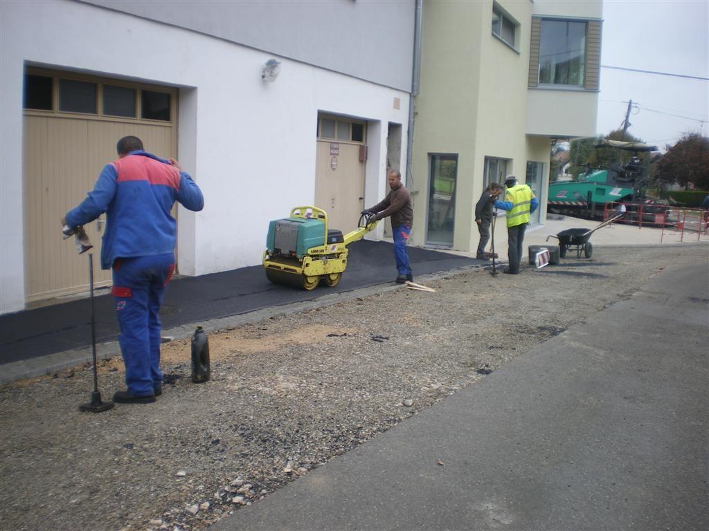 Semaine 41: pose du macadam dans la cour de l'école, rue des écoles et rue de Hirtzbach